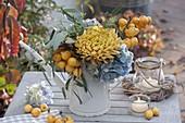Kleiner Herbststrauss in Giesskanne mit Chrysanthemum grandiflorum