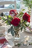 Winterstrauss mit Rosa (Rosen) und Zweigen von Eucalyptus, Pistacia