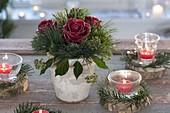 Kleiner Weihnachtsstrauss mit gewachsten Rosa (Rosen), Pinus (Kiefer)