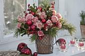 Weihnachtlicher Strauss mit Rosa (Rosen), Ilex (Roter Winterbeere