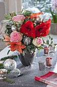 Weihnachtsstrauss mit Hippeastrum 'Orange Souvereign' 'Red Lion' (Amaryllis)