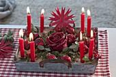 Schneller Adventskranz mit roten Kerzen in Sand auf Zinktablett