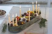 Weihnachtliche Kerzendeko in länglicher Metall-Schale