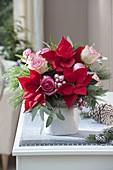 Strauss aus Euphorbia pulcherrima (Weihnachtsstern), Rosa (Rosen), Pinus