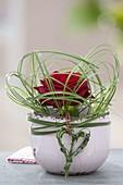 Rosa (Rose) umschlungen mit Xerophyllum (Baergras), Herz aus Gras