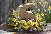 Kranz aus Salix alba (Trauerweide) als Osternest mit Narcissus 'Tete a Tete'