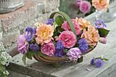 Span-Körbchen mit verschiedenen Rosa (Rosen) und Geranium