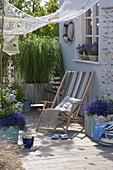 Maritime Terrasse mit Goldleistengras und Lavendel