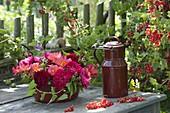 Alte Emaille-Schüssel mit Rosa (Rosen), Brombeeren (Rubus fruticosus)