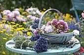 Korb mit frisch geschnittenen Rosa (Rosen) und Lavendel (Lavandula)