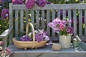 Korb mit frisch geschnittenen Blüten von Hydrangea (Hortensien), Cosmos