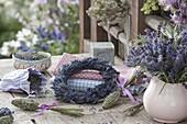 Kranz aus Lavendel (Lavandula) und Säckchen mit getrockneten Blüten