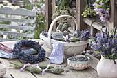 Kranz aus Lavendel (Lavandula) und Korb mit Blüten, Lavendelflaschen