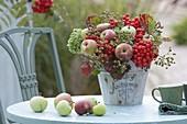 Herbststrauss aus Äpfeln (Malus), Sorbus (Vogelbeeren, Eberesche), Rosa