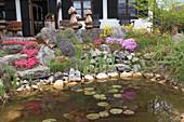 Steingarten aus groben Natursteinen am Gartenteich