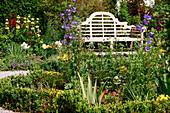 Klassische englische Gartenbank Sissinghurst zwischen Beeten