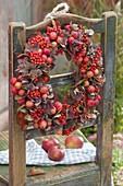 Kleiner Herbstkranz mit Blüten von Hydrangea (Hortensie), Malus