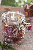 Windlicht mit Blüten von Xerochrysum bracteatum syn. Helichrysum