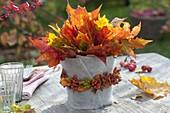 Blaetterstrauss aus Acer (Ahorn) in Vase mit Filz-Verkleidung und Kranz