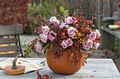 Herbststrauss in Kürbis-Vase