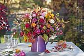 Herbststrauss mit Rosa (Rosen, Hagebutten), Malus (Zieraepfel), Euonymus