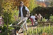 Herbstarbeiten mit der ganzen Familie im Biogarten