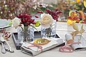Kleine Gläser mit Straeusschen aus Rosa (Hagebutten und Rosen)