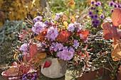 Herbststrauss aus Aster (Herbstastern), Malus (Zieraepfeln)