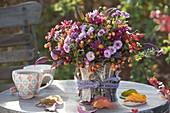 Herbststrauss aus Chrysanthemum (Herbstchrysanthemen), Malus (Zieraepfel