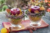 Herbstliche Kerzendeko in Gläsern mit Blättern von Erdbeere