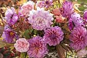 Herbstlicher Strauss aus den letzten Gartenblumen