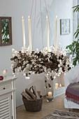 Ungewoehnlicher Adventskranz aus Zweigen von Larix (Lärche) dekoriert