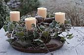 Natürlicher Adventskranz aus Ranken von Hedera (Efeu) und Zapfen