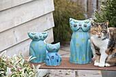 Handgetoepferte blaue Katzen - Familie mit lebendiger Katze Minka