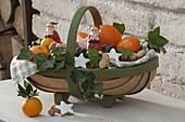 Nikolauskorb gefüllt mit Orangen und Clementinen (Citrus), Zimtsternen