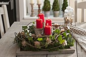 Laendlicher Adventskranz auf Holz-Tablett