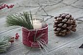 Einmachglas als Windlicht mit Schal aus Strickband, Spitzen von Pinus