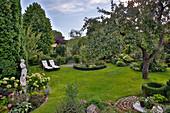 Blick in Garten mit malerischem Apfelbaum