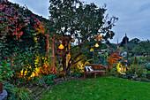 Herbstabend im Garten mit Lampions