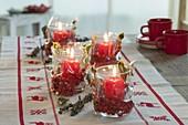 Anstelle Adventskranz hier Adventslichter : Gläser mit roten Kerzen