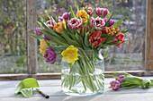Strauss mit gefuellten Tulipa (Tulpen) in breiter Glasvase