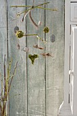 Mobile aus Zweigen von Cornus stolonifera 'Flaviramea' (Gelbholz-Hartriegel)