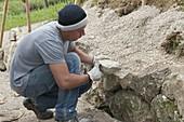 Trockenmauer bauen zur Hangabstuetzung