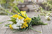 Kleines Straeusschen aus Primula veris (Schluesselblumen),