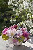 Kleines Frühlings-Sträusschen in Schale : Tulipa (Tulpen), Ranunculus