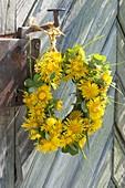 Kleiner Kranz aus Taraxacum (Löwenzahn), Ranunculus acris (Hahnenfuß,