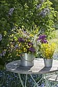 Straeusse aus Syringa vulgaris (Flieder) mit Ranunculus acris