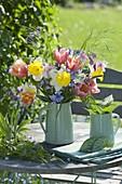 Fruehlingsstrauss mit Tulipa (Tulpen), Narcissus 'Goblet' (Narzissen)
