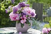 Rosa-violetter Strauss aus Rhododendron (Alpenrose), Allium (Zierlauch)