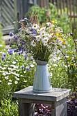 Blumenwiesenstrauss in Zink-Kanne : Leucanthemum vulgare (Margeriten)